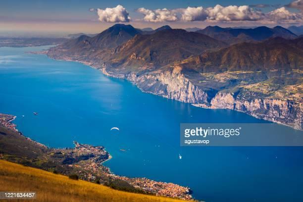 paragliding over lake garda from above monte baldo – malcesine, lombardy, italy - lago di garda foto e immagini stock