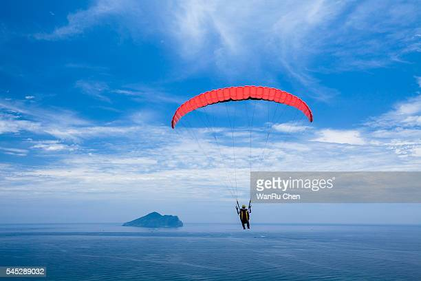 paragliding with beautiful cloudscape background - glider - fotografias e filmes do acervo