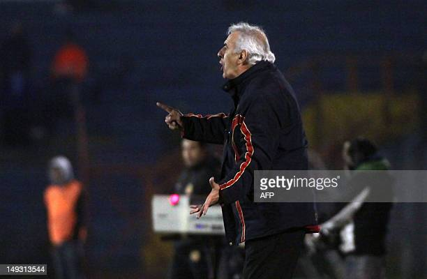 Paraguayan Cerro Porteno's team coach Jorge Fossati gives instructions to his players during their 2012 Copa Sudamericana football match against...