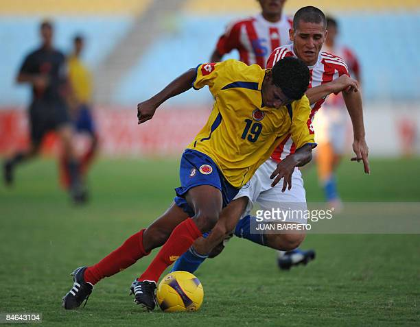 Paraguayan Diego Ayala vies for the ball with Colombian Javier Reina during a South American U20 football match on February 4 2009 at Jose Antonio...