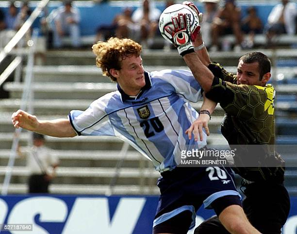 Paraguayan goalkeeper Giego Barreto reaches for the ball next to Argentinian Mauro Cetto during the XX Campeonato Sudamericano de Futbol SUB 20 in...