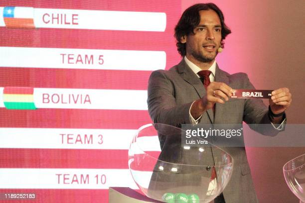 Paraguayan player Roque Santa Cruz draws the name Brazil during the draw of the South American Qualifiers for Qatar 2022 at Centro de Convenciones de...