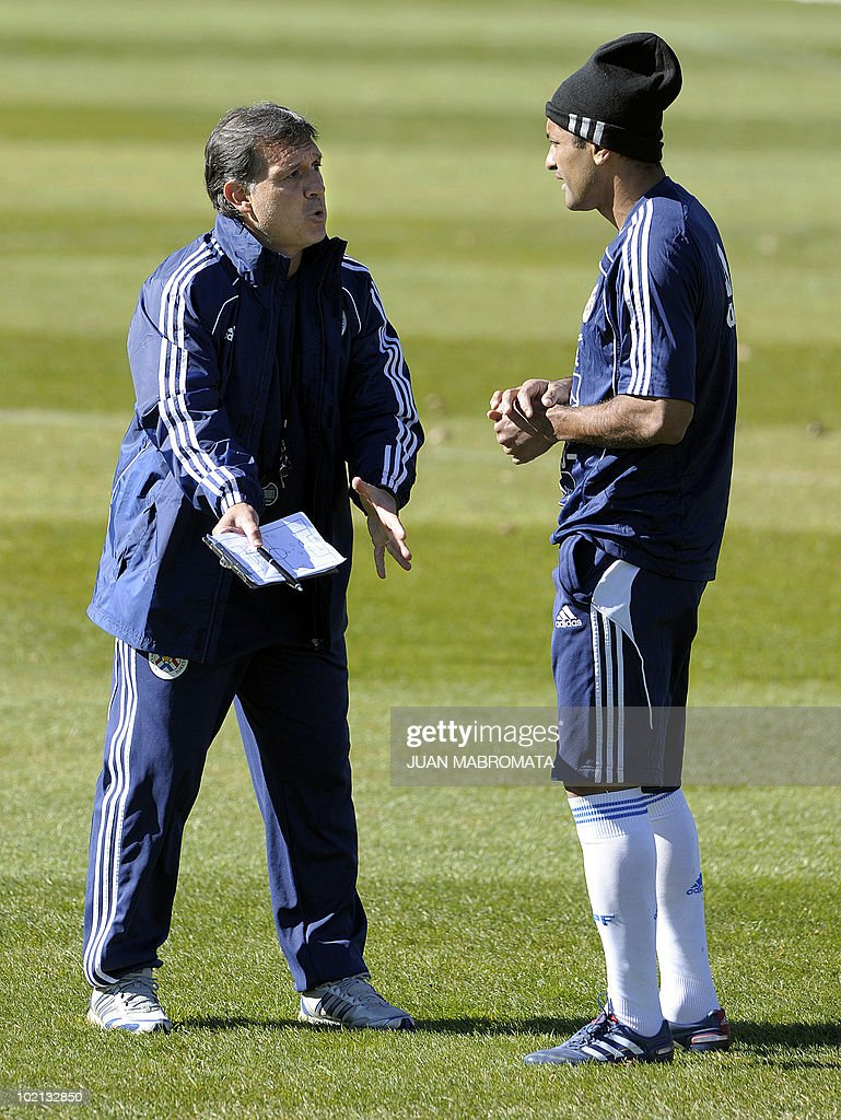 Paraguay's coach Gerardo Martino (L) talks to defender Paulo Da Silva during a training session at Michaelhouse School in Balgowan on June 16, 2010 ahead their second 2010 World Cup Group F football match against Slovakia on June 20 at Free State Stadium in Bloemfonstein.