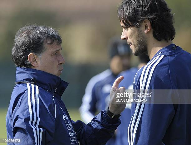Paraguay's coach Gerardo Martino talks to forward Roque Santa Cruz during a training session at Michaelhouse School in Balgowan on June 11 2010 ahead...