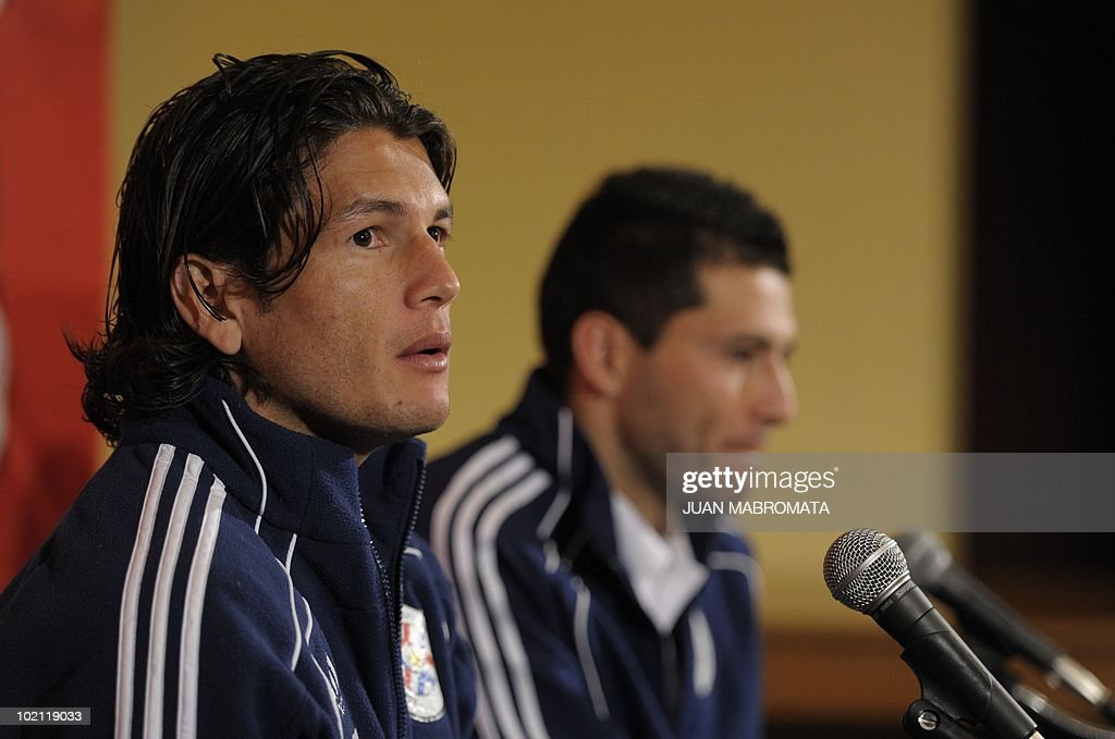 Paraguay's forward Nelson Haedo (L) talks to journalist next to defender Antolin Alcaraz during a press conference at Michaelhouse School in Balgowan on June 15, 2010, a day after their 0-0 tie with Italy in the 2010 World Cup in South Africa.