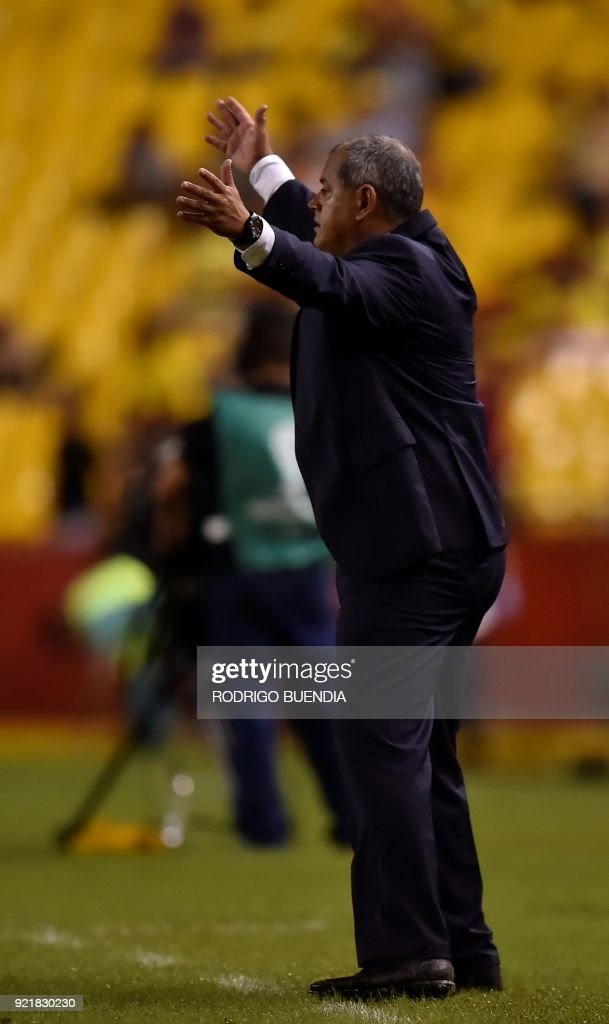 Paraguay´s General Diaz coach Francisco Arce gestures during their 2018 Copa Sudamericana football match at the Monumental stadium in Guayaquil,Ecuador on February 20, 2018. / AFP PHOTO / Rodrigo BUENDIA
