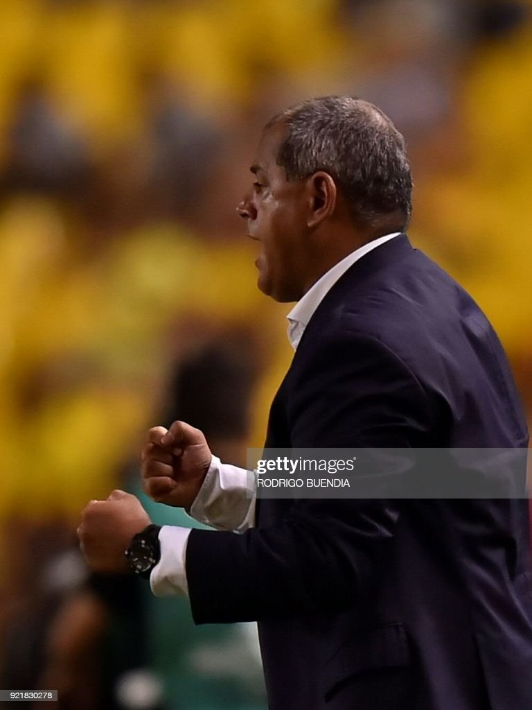 Paraguay´s General Diaz coach Francisco Arce gestures during their 2018 Copa Sudamericana football match at the Monumental stadium in Guayaquil,Ecuador on February 20, 2018. / AFP PHOTO / Rodrigo BUENDIA