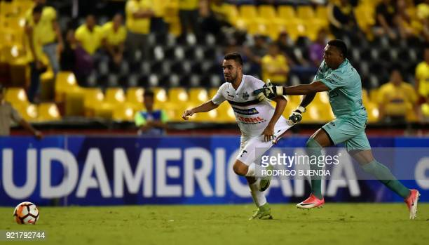 Paraguay´s General Diaz player Wilson Ibarrola vies for the ball with Ecuador´s Barcelona goalkeeper Maximo Banguera during their 2018 Copa...