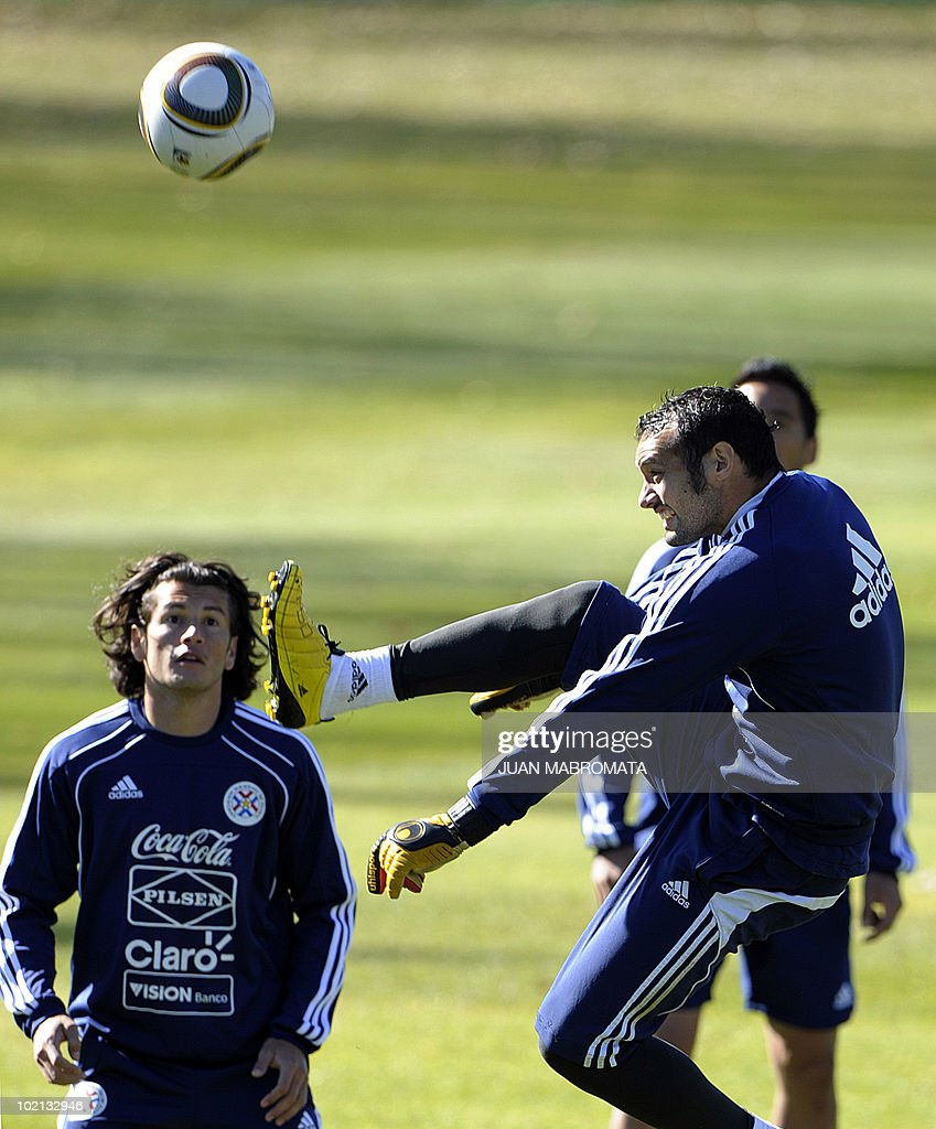 Paraguay's goalkeeper Diego Barreto (R) trains with forward Nelson Haedo at Michaelhouse School in Balgowan on June 16, 2010 ahead their second 2010 World Cup Group F football match against Slovakia on June 20 at Free State Stadium in Bloemfonstein.