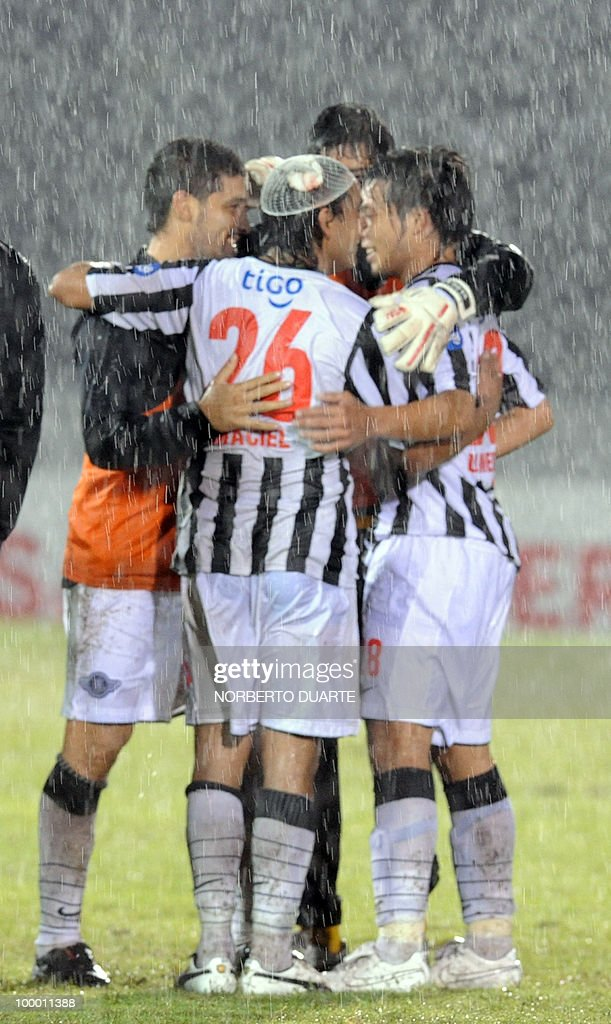Paraguay's Libertad players celebrate their win over Once Caldas in their Libertadores Cup football match on May 06, 2010 in Asuncion, Paraguay. AFP PHOTO / Norberto Duarte