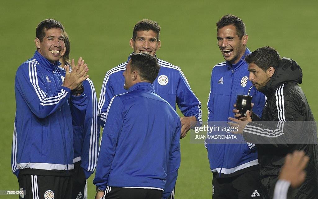Paraguay\'s midfielder Victor Caceres (L), forward Edgardo Benitez (C ...