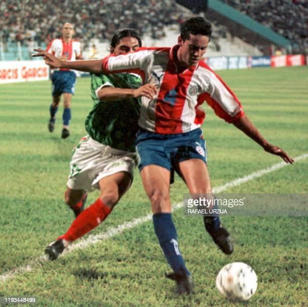 Paraguay's Nestor Caceres fights for the ball with Mexico's Francisco Palacios 28 April 1999 El jugador paraguayo Nestor Caceres disputa el balon con...