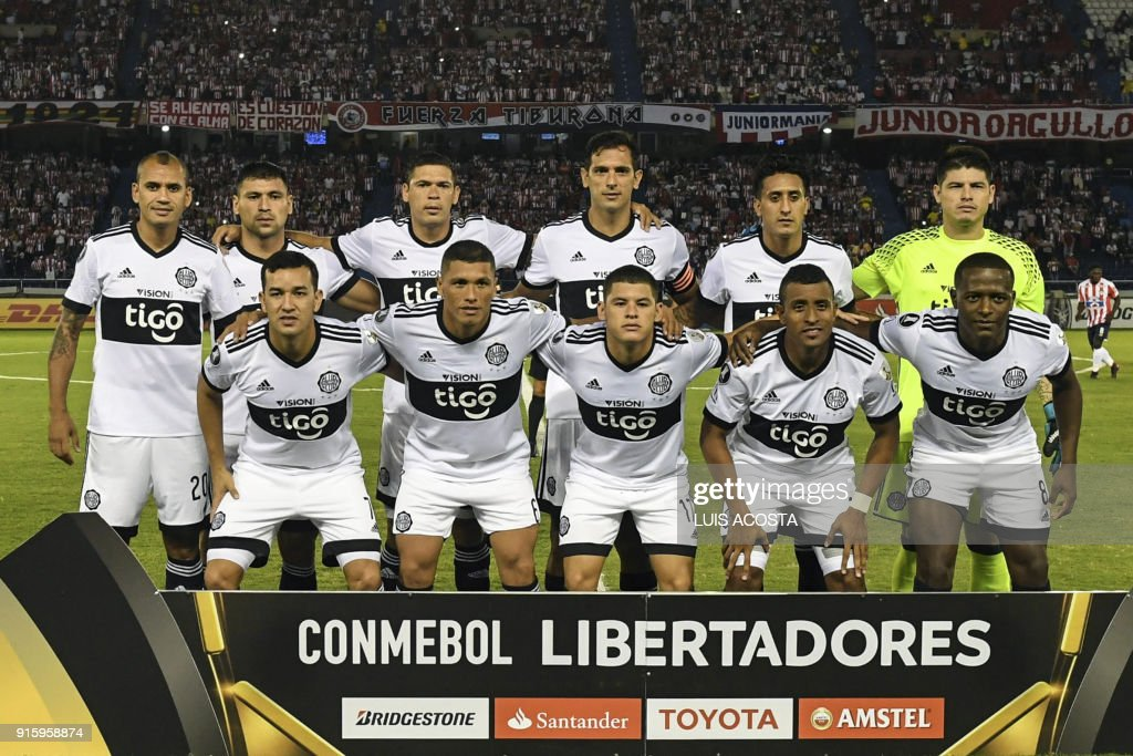 Paraguay's Olimpia members pose for the picture before the start of their Copa Libertadores football match against Colombia's Junior at Roberto Melendez stadium in Barranquilla, Colombia, on February 8, 2018. / AFP PHOTO / Luis ACOSTA