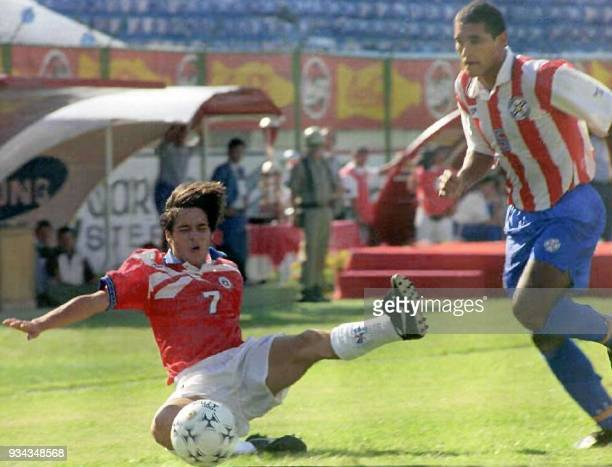Paraguay's Roberto Blanco struggles for the control of the ball with Chile's Alonzo Zunigar 16 March during the finals of the South American Sub17...