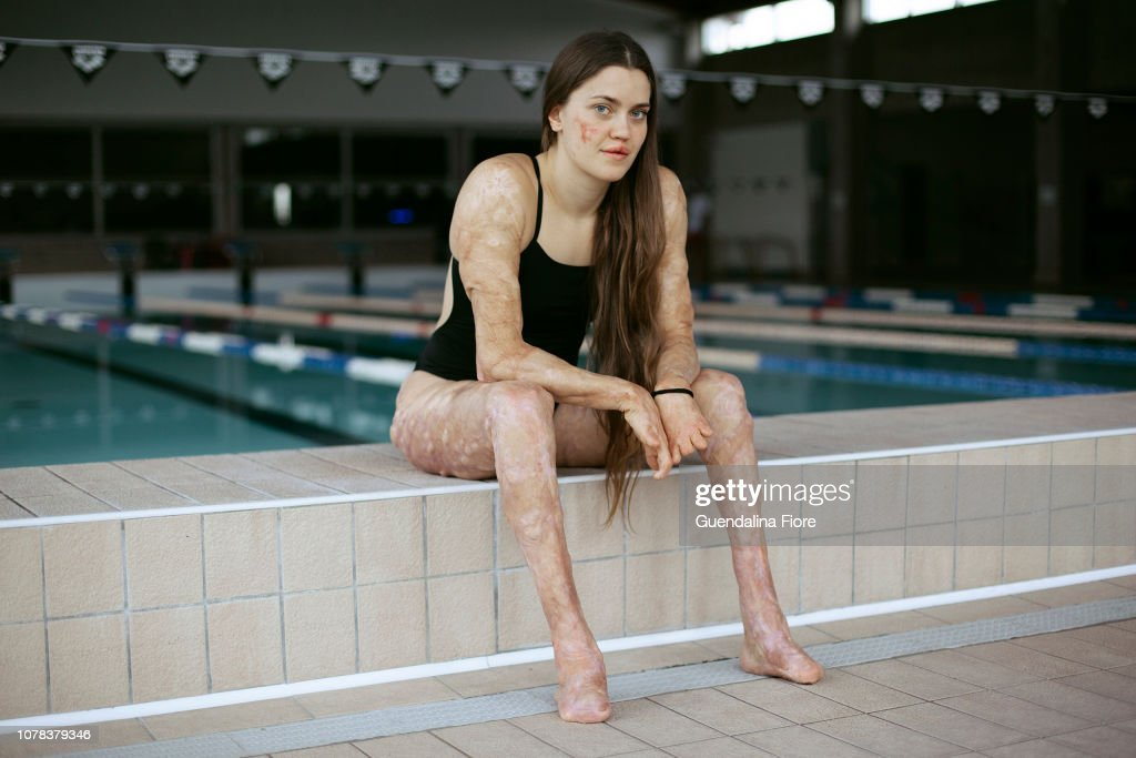 Girl training in the swimming pool : Stock-Foto