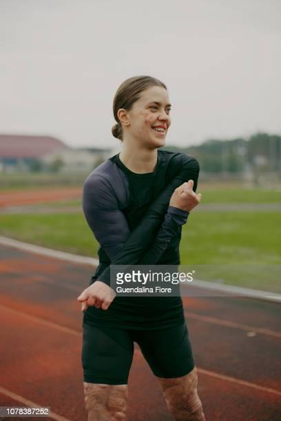 woman training - amputee woman stock-fotos und bilder