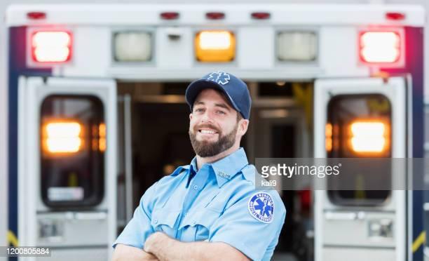 救急車の後部ドアに立つ救急隊員 - 救急救命士 ストックフォトと画像
