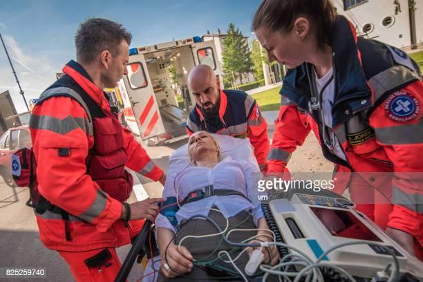 最初の援助を提供する救急救命士チーム