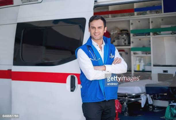 Paramédicaux travaillant dans une ambulance