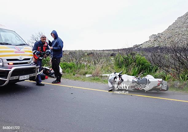 Paramédicos ayudan a estropeado motociclista en accidente de motocicleta
