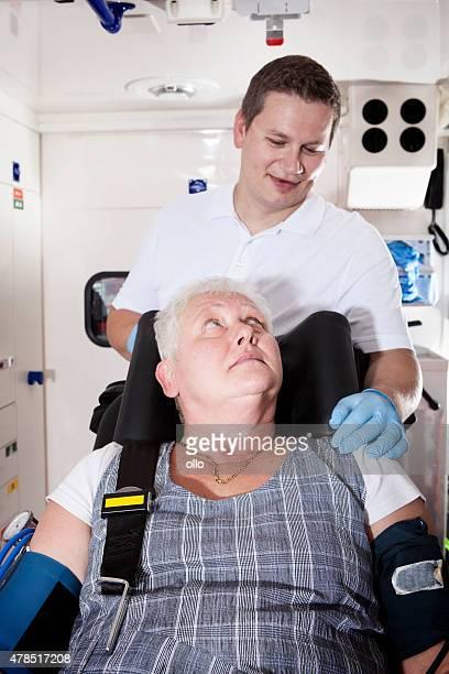 Auxiliaires médicaux ambulance équipement médical d'urgence femme senior