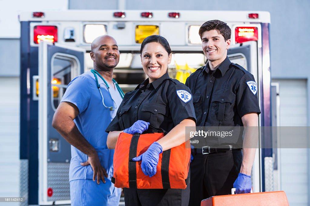 Paramedics y médico fuera de ambulancia : Foto de stock