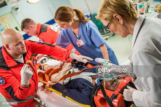 paramedics and doctors in emergency room - ongelukken en rampen stockfoto's en -beelden