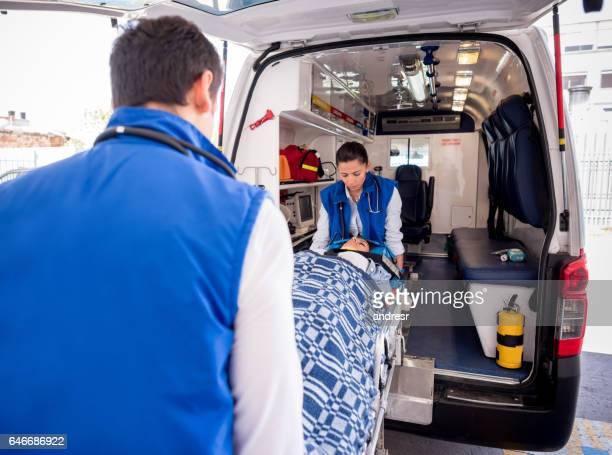 Ambulanciers paramédicaux participant à un appel d'urgence