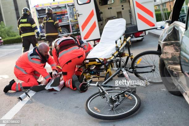 Sanitäter helfen Verletzten Radfahrer