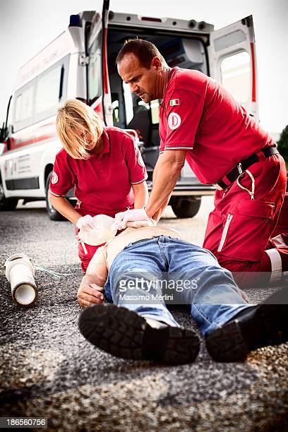 auxiliaires médicaux consacre avec passion à répondre aux attentes d'un homme avec crise cardiaque - accident de la route photos et images de collection