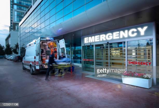 救急隊員、救急車から病院に担架で患者を取る  スピード違反の救急車、(ぼやけた動き) - 救急車 ストックフォトと画像