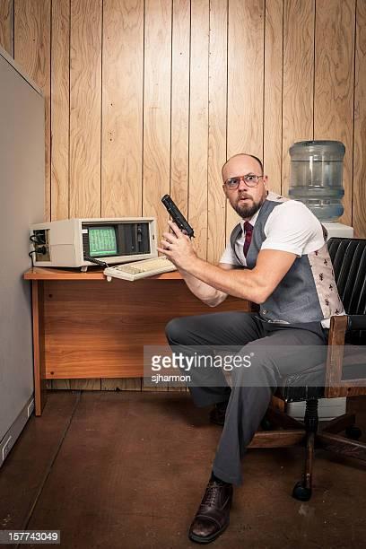 paranoid gun weilding büroberuf 1980 computer-stil - formelle geschäftskleidung stock-fotos und bilder