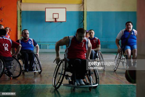 paraplegic athletes playing basketball - cliqueimages - fotografias e filmes do acervo