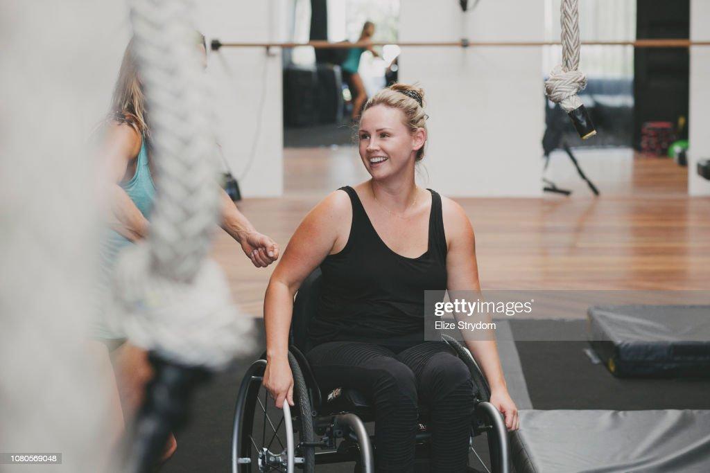 Paraplegic woman in a gym : Stock-Foto