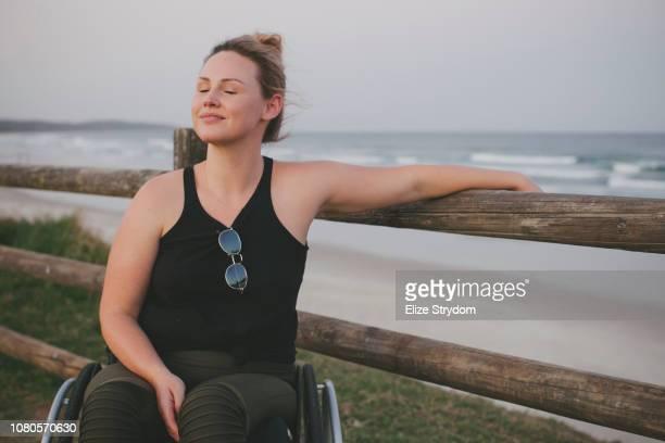 paraplegic woman in her wheelchair - disabilitycollection foto e immagini stock