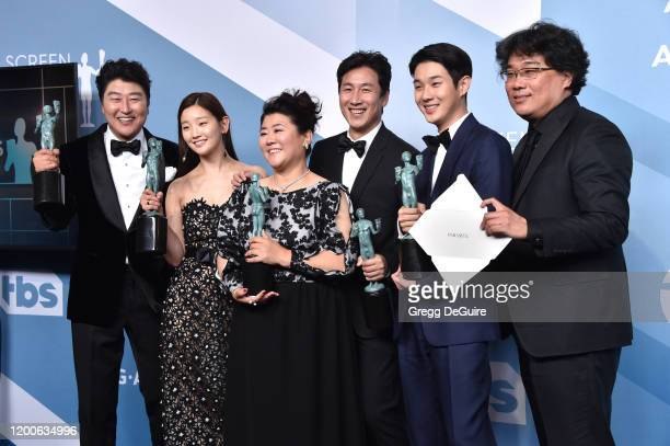 Parasite cast Song Kangho Park Sodam director Bong Joonho Lee Jungeun Choi Wooshik and Lee Sunkyun pose in the press room with the trophy for...