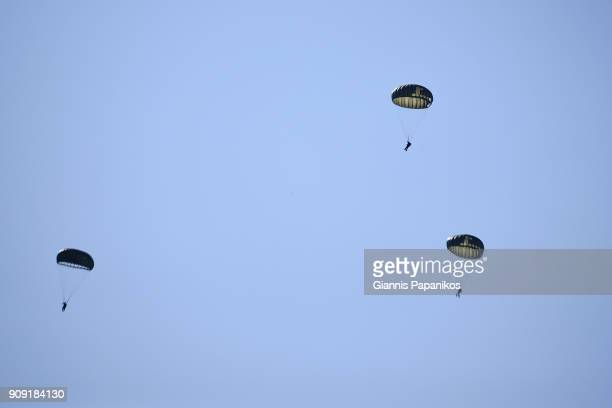 paratroopers - paratrooper stock pictures, royalty-free photos & images