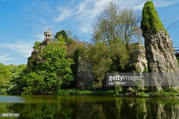 Parc des Buttes Chaumont belvédère lac rochers au printemps 24 avril 2017 Paris 19ème France