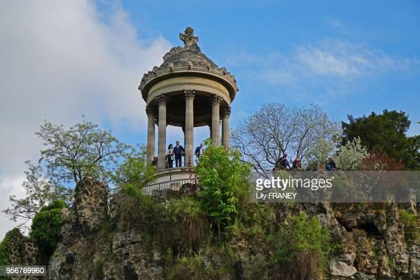 Parc des Buttes Chaumont promeneurs sur le belvédère et sur les rochers au printemps 24 avril 2017 Paris 19ème France
