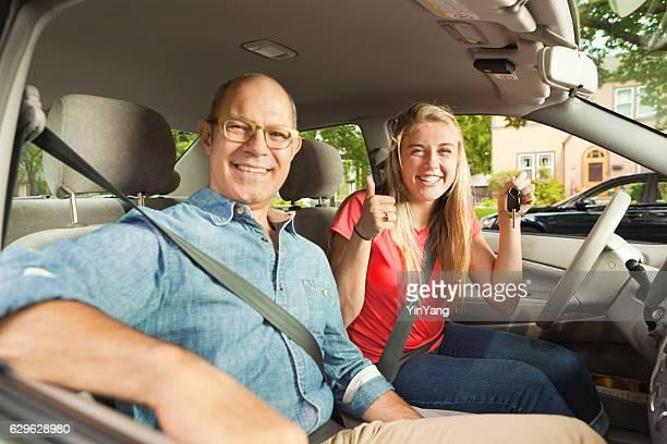 Driving Instructor und Eltern glücklich Teenage Student Fahrer in Auto