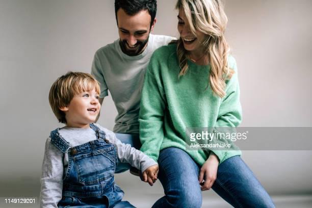 ouderschap - studiofoto stockfoto's en -beelden