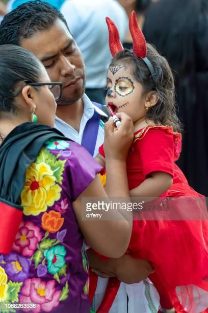 Les parents maquillage de réglage fille au Día de los Muertos Festival à Oaxaca