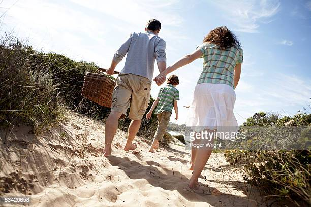 parents and 10 years old son wlking to the beach w - 10 11 years stock pictures, royalty-free photos & images