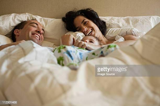Parents et fils ayant un bébé Allongez-vous dans