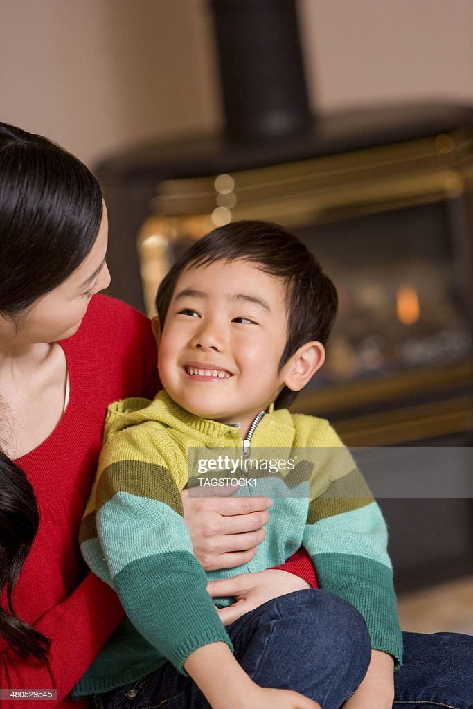 Parents and child in front of fireplace : Stockfoto