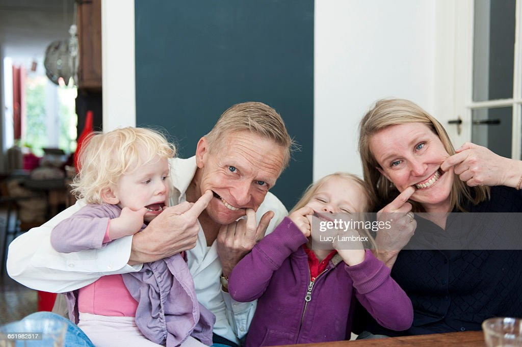 Parents and children making funny faces : Stockfoto