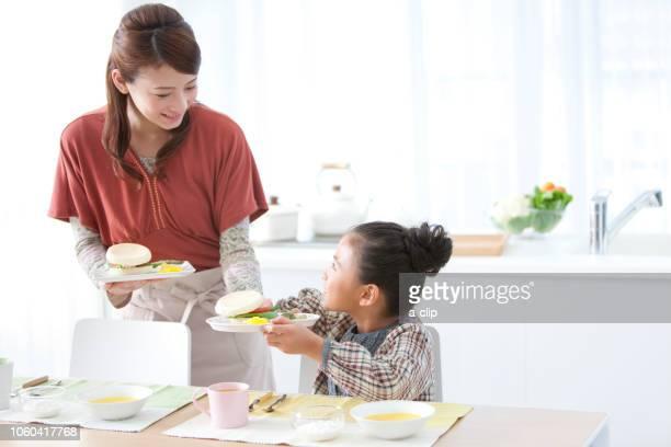 朝食の準備をする親子