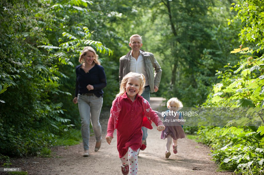 Parents and daughters running : Bildbanksbilder