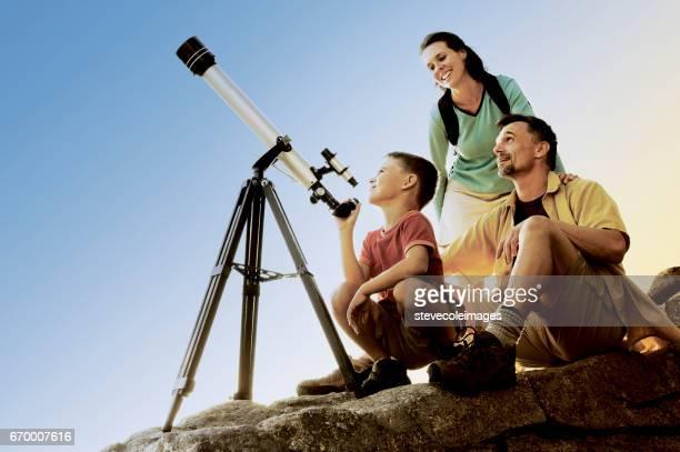 両親と望遠鏡の息子
