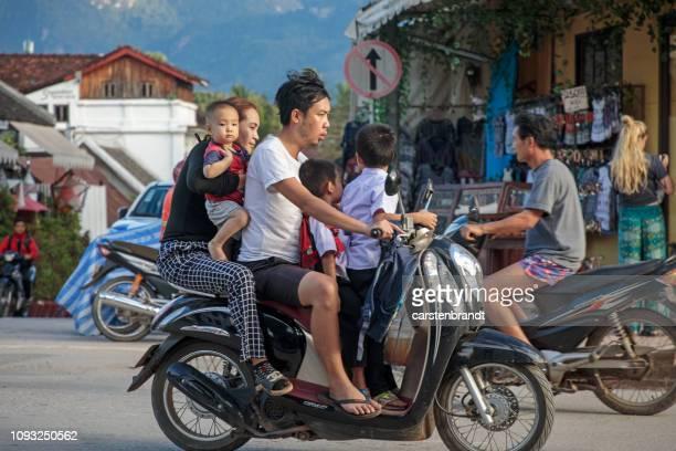 Ouders en drie kinderen op een motorfiets